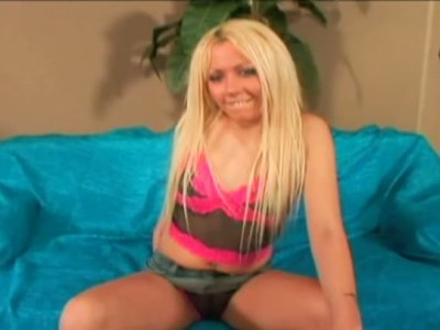 Skanky blonde Kylie Worthy does really good job in sucking cock