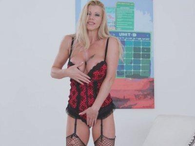 Stunning seductress with big boobs Lara de Santis masturbates wet muff