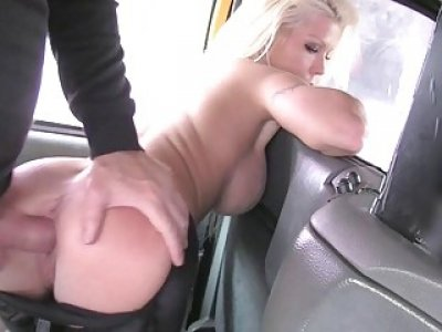 Hot estate agent screwed in the backseat