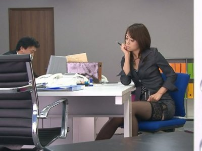 Sexited chick Hojo Maki is toying her pussy after an office meeting